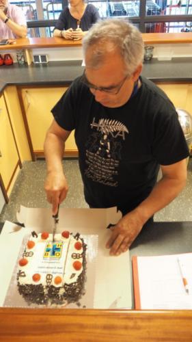 Het aansnijden van de taart